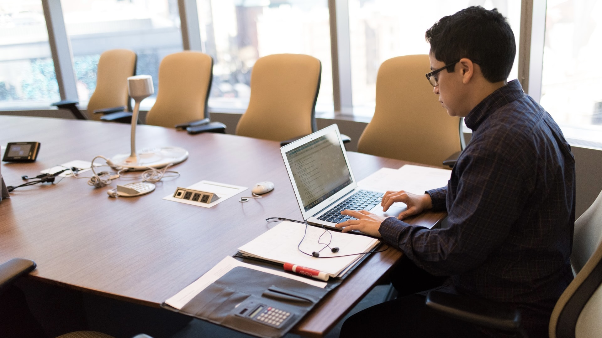パソコン作業中の男性