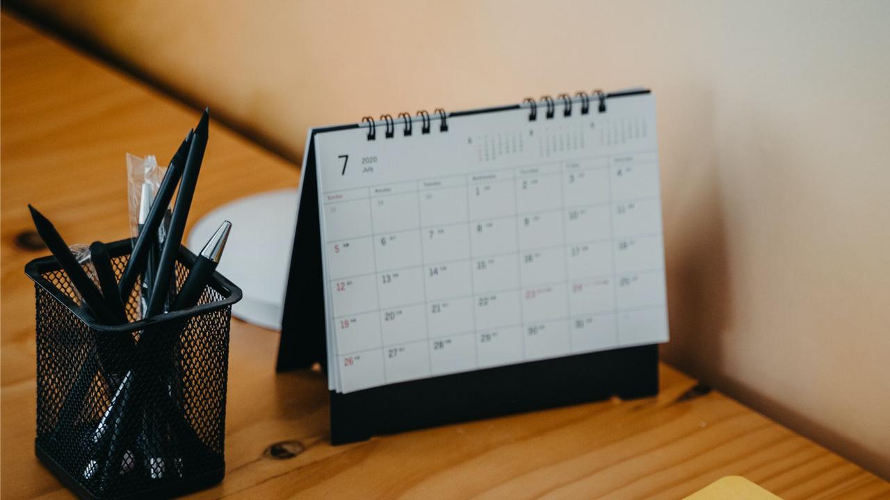 カレンダーとペンたて